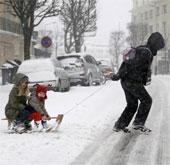 Bão tuyết trái mùa ở châu Âu khiến giao thông đình trệ