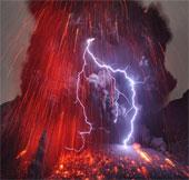 Cảnh tượng hãi hùng khi sét đánh trúng... núi lửa