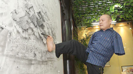 Người đàn ông vẽ tranh bằng chân và miệng kỳ tài