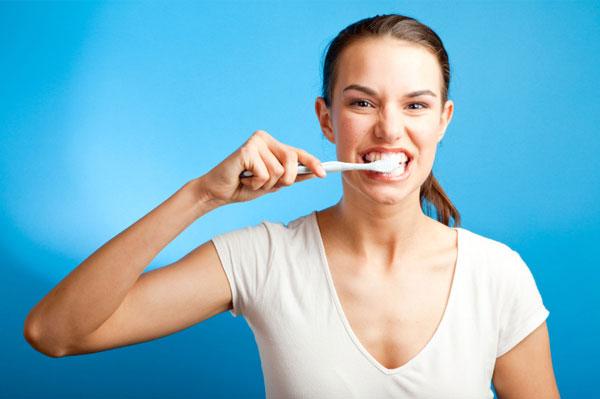 Đánh răng ngay sau khi ăn gây sâu răng?
