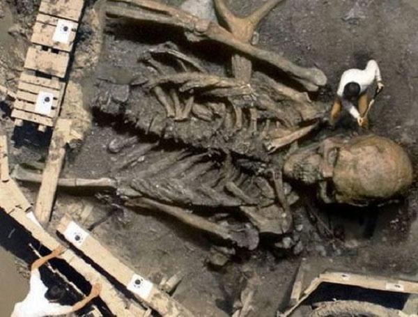 Phát hiện xương người khổng lồ cao tới 3m