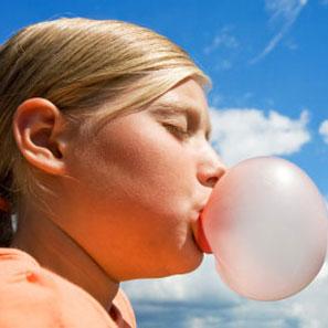 Sự thật về lời đồn bị dính ruột vì nuốt kẹo cao su