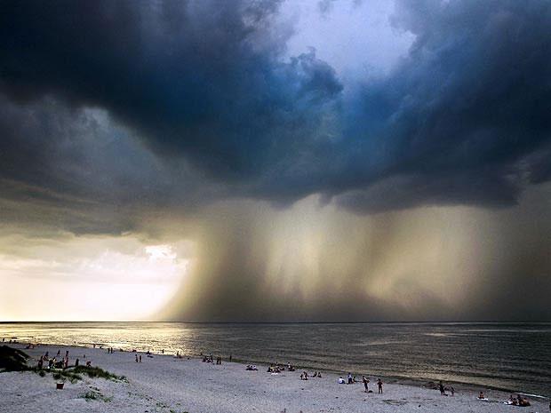 Cơn bão kinh hoàng rượt đuổi người đi biển trong hoảng loạn tại Nga