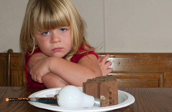 Bé gái nghiện ăn thủy tinh và gạch