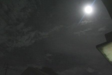 """Ngắm """"trăng xanh"""" đẹp kỳ ảo đêm Rằm tháng Bảy"""