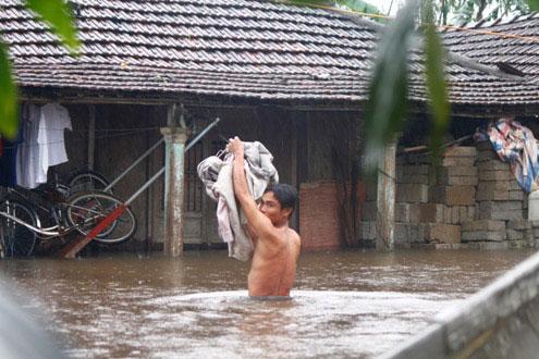 Người miền Trung vật lộn trong mưa lũ