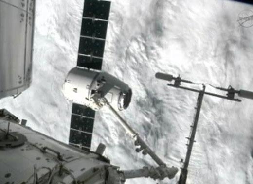 Tàu vũ trụ tư nhân đầu tiên Dragon kết nối với ISS