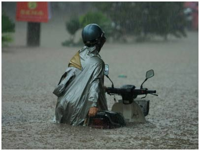 Hà Nội hứng chịu trận mưa lớn nhất trong 35 năm