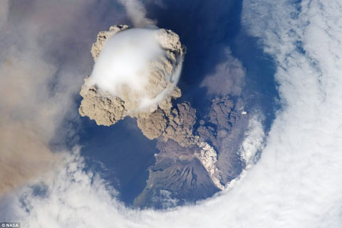 Hình ảnh cột khói núi lửa 'xuyên thủng' bầu trời