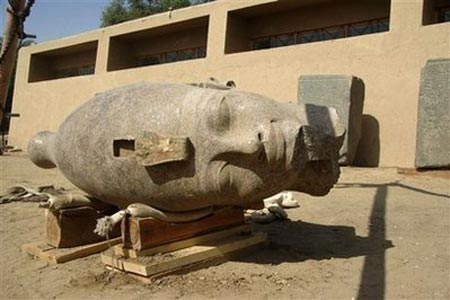 Phát hiện đầu tượng khổng lồ của vua Ai Cập