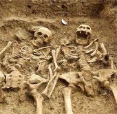 Phát hiện hai bộ xương nắm tay nhau suốt 700 năm
