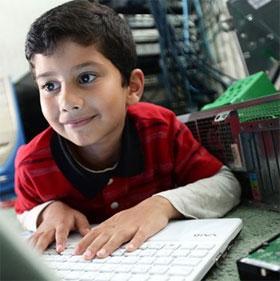 Bé 5 tuổi trở thành chuyên gia máy tính trẻ nhất