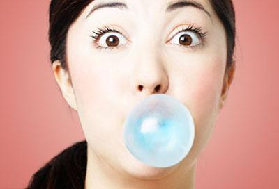 Nhai kẹo cao su quá 10 phút ảnh hưởng không tốt cho răng và dạ dày