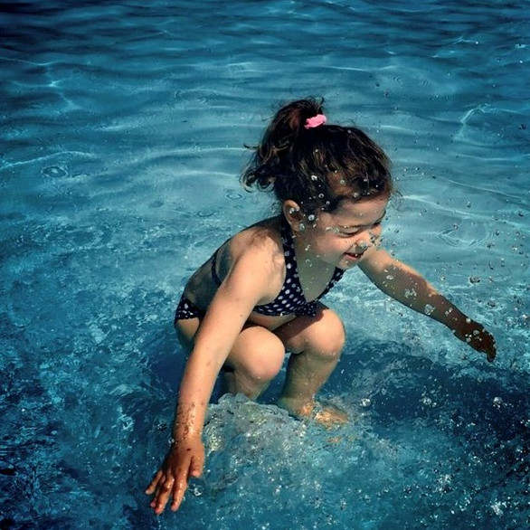 Bức ảnh khiến dân mạng tranh cãi: Cô bé ở trên hay dưới nước?