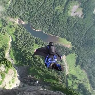 Video: Lao người xuống vách núi với cánh dơi tự chế