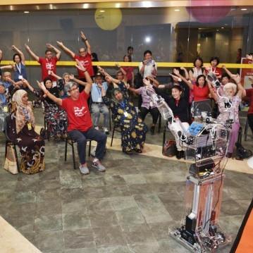 Dùng robot giúp người già tập thể dục