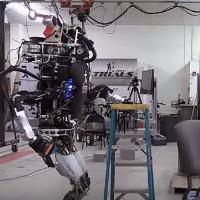 Video: Xem robot trổ tài hút bụi quét nhà tài hơn các chị em