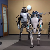 Video: Robot hình người Boston Dynamics Atlas giữ thăng bằng rất tốt, xô khó ngã