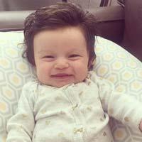 Kỳ lạ bé gái mới được sinh ra đã có mái tóc ngắn siêu đẹp