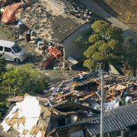 Cảnh đổ nát ở phía Nam Nhật Bản sau trận động đất 6,4 độ Richter