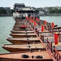 Cây cầu nổi được nâng bằng 18 chiếc thuyền