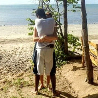 Lại tranh cãi về bức ảnh cặp đôi ôm nhau trên bãi biển