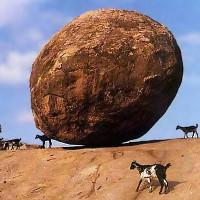 Tảng đá 250 tấn nằm thăng bằng trên sườn đồi dốc 45 độ