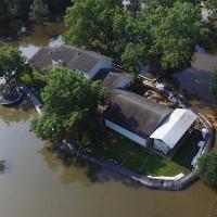 Đập chống lụt giúp người đàn ông bình an vô sự khi cả thị trấn chìm trong biển nước