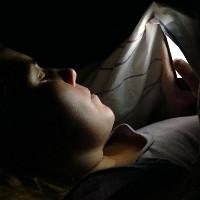 Sử dụng smartphone trong bóng tối có thể gây mù tạm thời