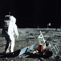 Mỹ bán nhầm túi đựng mẫu vật lấy từ Mặt Trăng