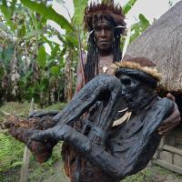Bộ lạc ngủ cùng xác ướp hun khói khô đen của tổ tiên