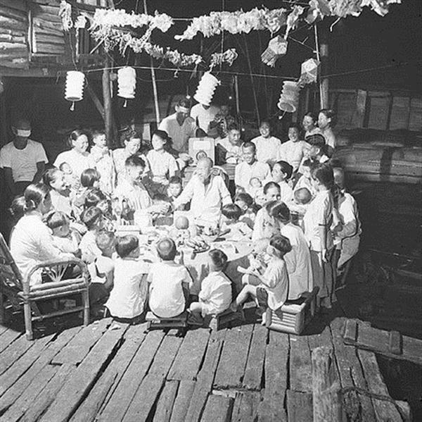 Một đại gia đình tề tựu đông đủ bên mâm cỗ Trung Thu (đầu thế kỷ 20).