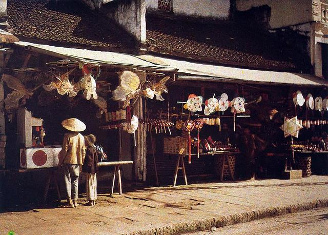 Cửa hàng bán đồ Trung Thu đầu thế kỷ 20.