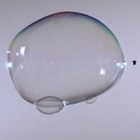 Video: Lý do bong bóng xà phòng không vỡ khi chọc bằng tay