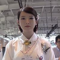Video: Thiếu nữ robot cử động, trò chuyện như người thật