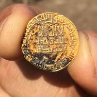 Hai nữ sinh tìm ra đồng xu 1200 tuổi