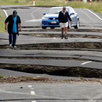 """Động đất """"xẻ nát"""" đường ở New Zealand"""