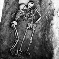 Tình yêu vĩnh cửu qua bức ảnh nụ hôn 2.800 năm khiến nhiều người xúc động