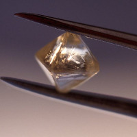 Biến chất thải hạt nhân thành pin sạch nhờ kim cương