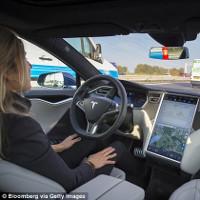 """Xe Tesla có thể """"né"""" tai nạn phía trước chỉ trong vài tích tắc"""