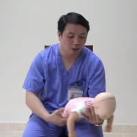 Video: Hướng dẫn sơ cứu hóc dị vật cho trẻ nhũ nhi