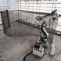 Robot Thụy Sĩ thoăn thoắt đan lưới thép xây nhà