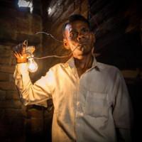 Dị nhân Ấn Độ ăn 1.100 volt điện thay cơm