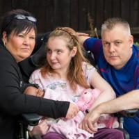 Cặp vợ chồng có 2 con là bệnh nhân Alzheimer nhỏ tuổi nhất nước Anh