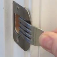 Mẹo nhỏ chế tạo chốt khóa cửa dễ dàng từ... dĩa ăn