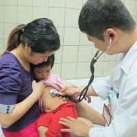 Cách đơn giản phòng bệnh viêm phổi cho trẻ lúc giao mùa