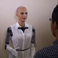 Robot Sophia tự tin chơi oẳn tù tì, đe dọa nhân loại trên sóng truyền hình