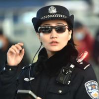 """Cảnh sát Trung Quốc đeo """"kính thần"""" dò tội phạm"""