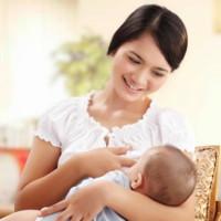 Hai ngộ nhận thái quá về sữa mẹ và da kề da cho trẻ