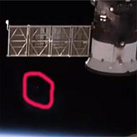 Video: Vật thể bí ẩn giống đĩa bay lượn sát trạm vũ trụ